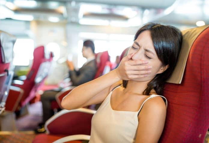 kobieta cierpiąca na chorobą lokomocyjną