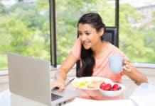 kobieta jedzenie komputer