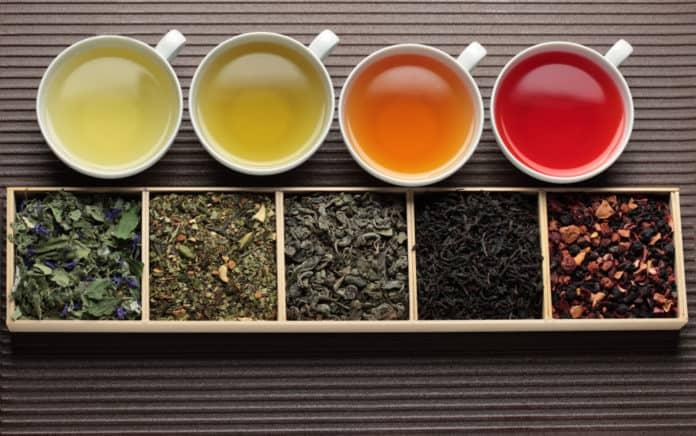 różne gatunki herbaty w filiżankach