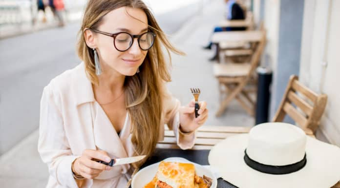kobieta jedzenie na mieście