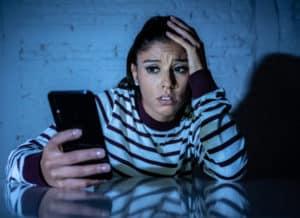 wystraszona kobieta, telefon komórkowy