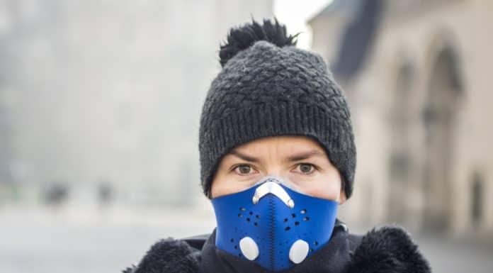 niebieska maska antysmogowa, kobieta