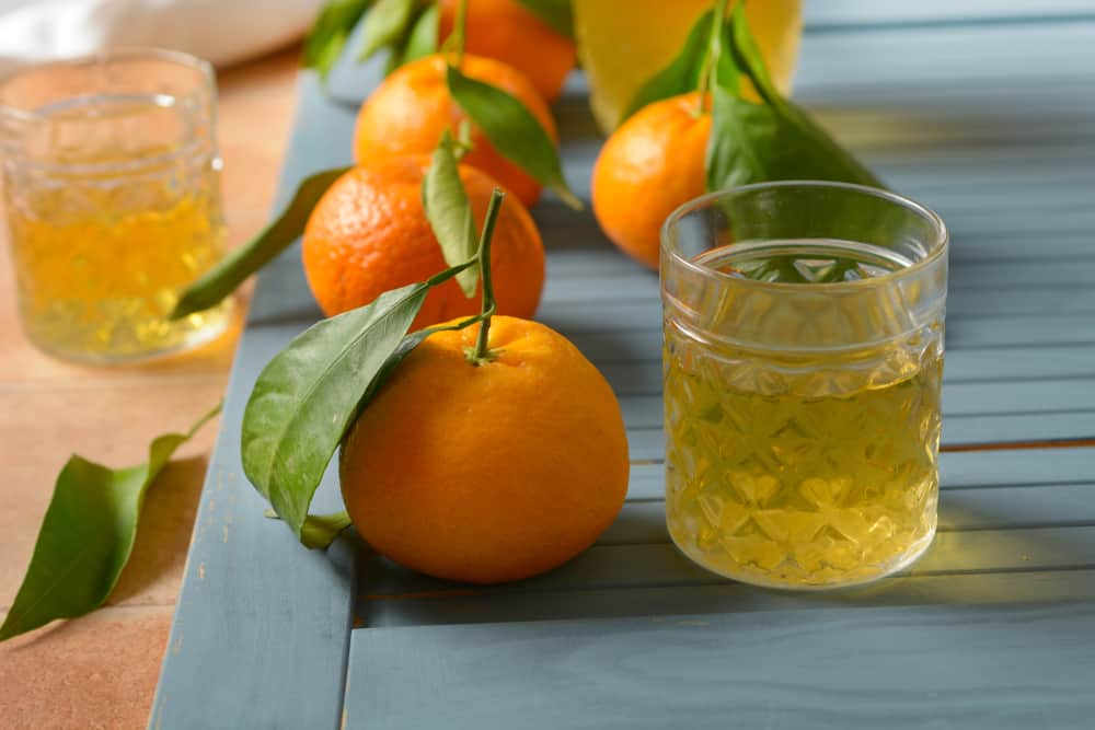 mandarynki, alkohol w ozdobnym szkle