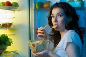 kobieta przy lodówce w nocy