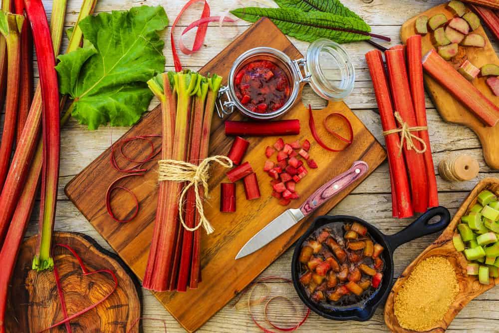 rabarbar, słoik, patelnia, deska do krojenia, nóż