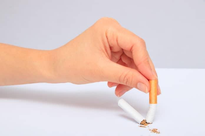 złamany papieros, ręka