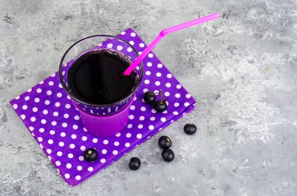 sok z aronii, słomka, fioletowa podstawka