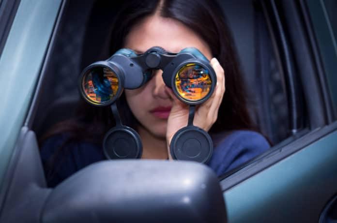 kobieta z lornetką w samochodzie