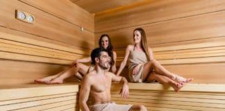 mężczyzna i kobiety w saunie