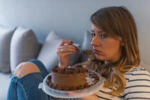 zestresowana kobieta i tort