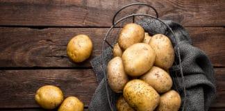 ziemniaki w metalowym koszyku