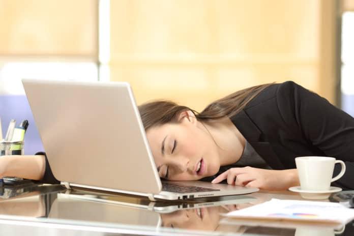 śpiąca kobieta, komputer