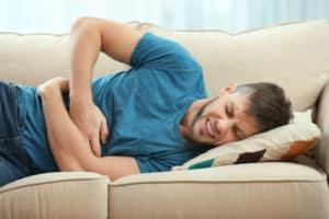ból brzucha, mężczyzna, kanapa