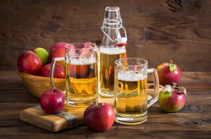 cydr jabłkowy, butelka, kufla, jabłka