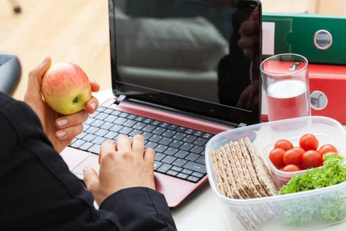 jedzenie, laptop, kobieta w pracy