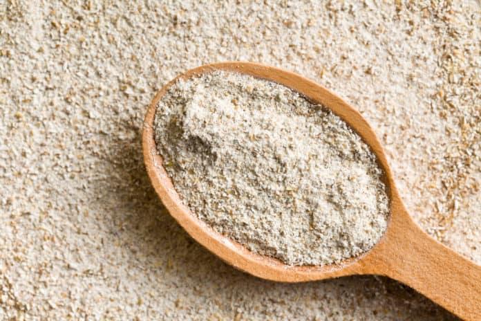mąka pełnoziarnista, drewniana łyżka