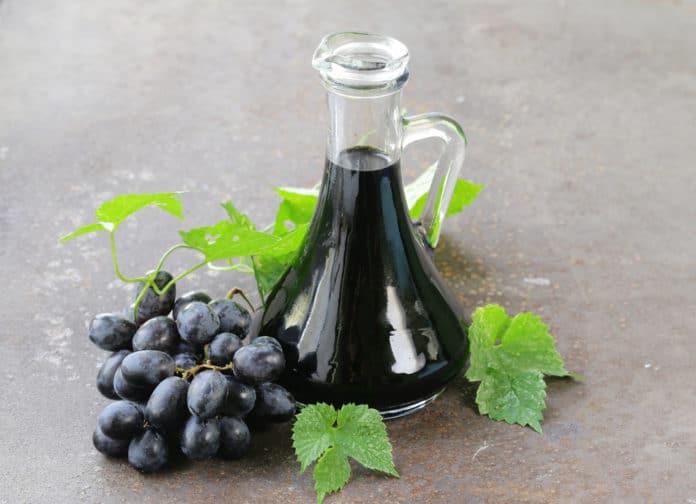 ocet balsamiczny w karafce, winogrona