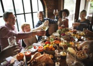 rodzinna impreza, jedzenie przy stole