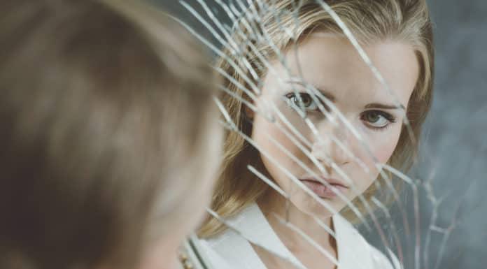 dziewczyna, pęknięte lustro