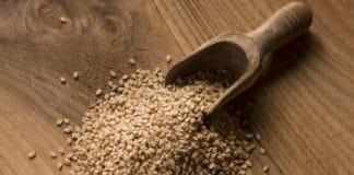 ziarna sezamu, drewniana łopatka