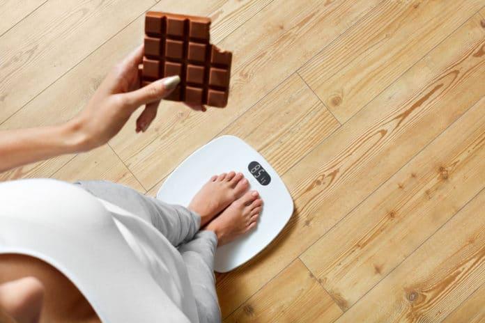 kobieta, waga, czekolada, apetyt