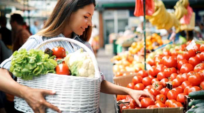 zdrowe zakupy, targ, kosz, warzywa