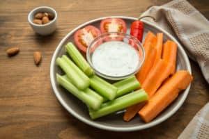warzywa, migdały, sos jogurtowy