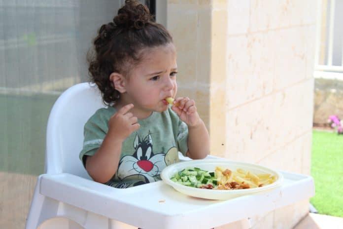 dziecko przy jedzeniu