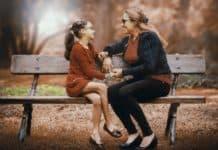 dwie kobiety na ławce w parku
