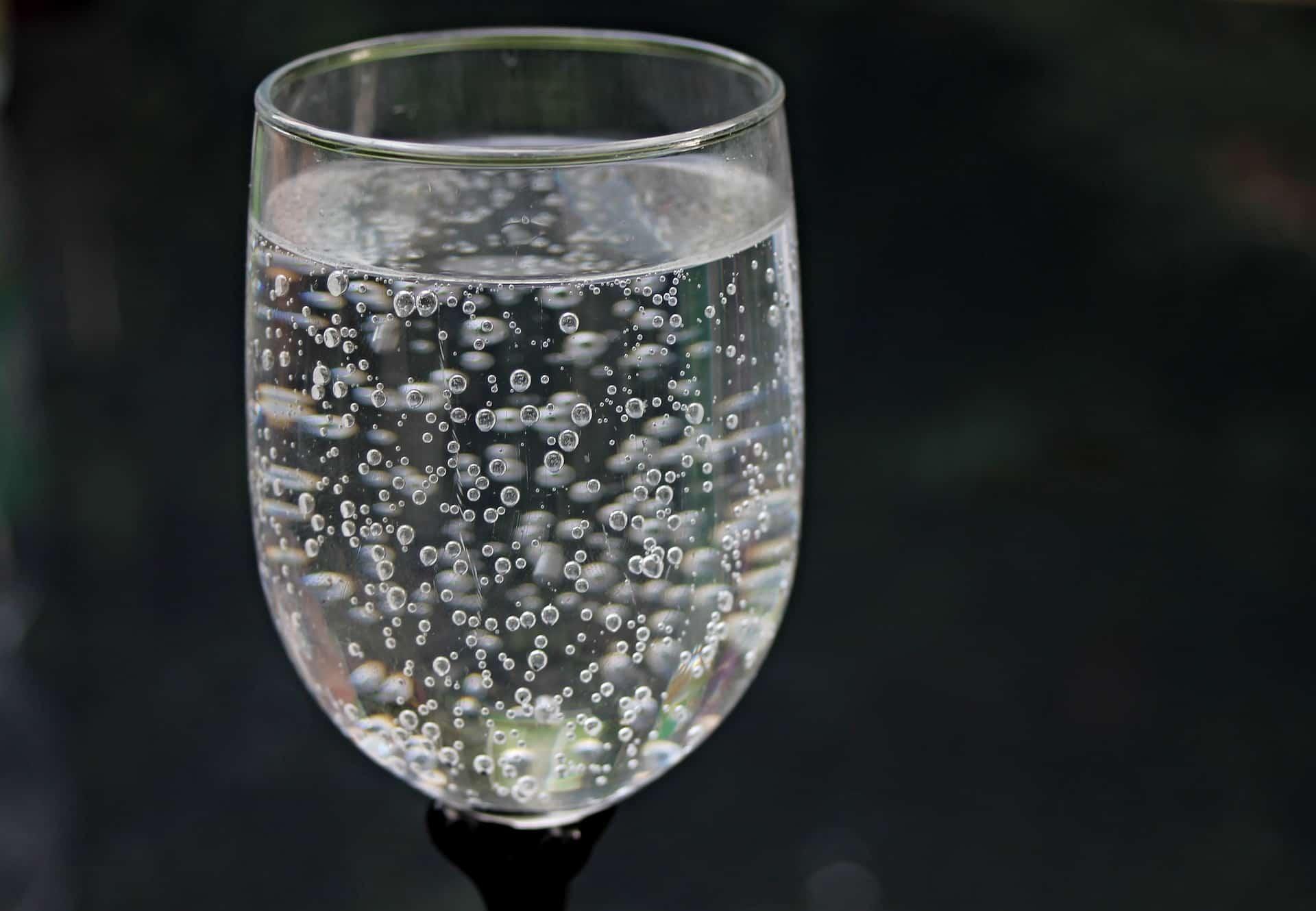 Dlaczego dietetycy odradzają picie wody gazowanej?